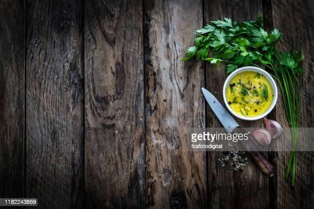 voedsel achtergronden: peterselie, olijfolie en knoflook. kopieer ruimte. - table top shot stockfoto's en -beelden
