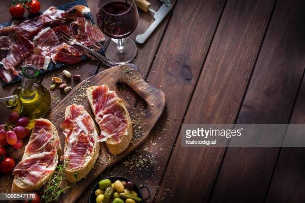 ernährung hintergründe: vorbereitung iberico schinken sandwich/spanisch bocadillo de jamon iberico - spanische kultur stock-fotos und bilder