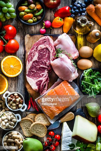 食べ物の背景:多種多様な食べ物で満たされたテーブル - 縦位置 ストックフォトと画像