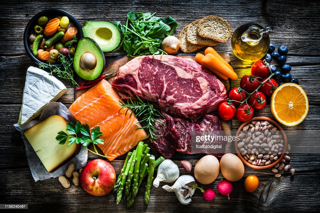 食品の背景: 食品の多種多様で満たされたテーブル : ストックフォト