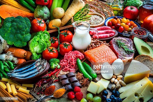 sfondi alimentari: tavolo pieno di grande varietà di cibo - cibo foto e immagini stock