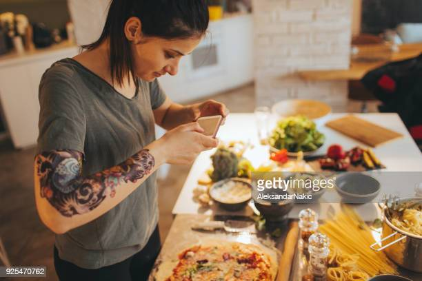 food-bloggerin fotografieren essen - fotografieren stock-fotos und bilder