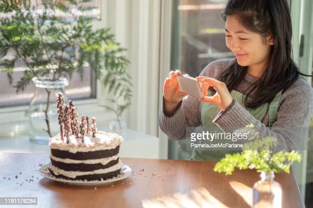 food blogger ta smartphone foto av vegan, hemlagad chokladkaka - sloppy joe, jr bildbanksfoton och bilder