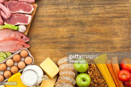 Bordo cibo sul tavolo in legno rustico girato dallalto foto stock getty images - Video sesso sul tavolo ...