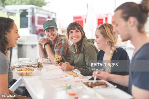 food cart customers - convenienza foto e immagini stock