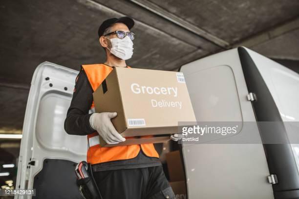 eten leveren op huisadres met auto - food truck stockfoto's en -beelden