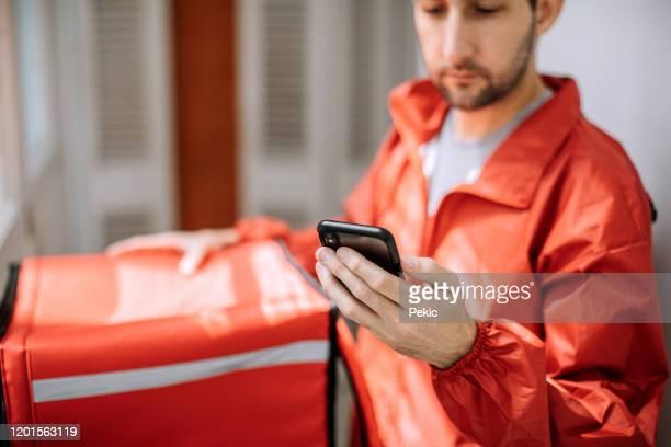 entregador de comida se preparando para o trabalho - delivery - fotografias e filmes do acervo