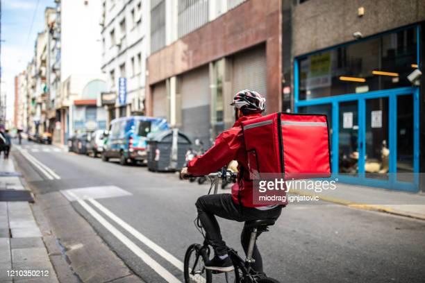 entrega de alimentos en bycicle - montar fotografías e imágenes de stock