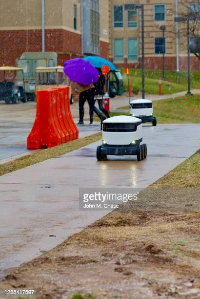 robots de livraison de nourriture dans la neige, université george mason - véhicule terrestre sans pilote photos et images de collection