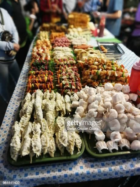 food for sale on hanoi streets, vietnam - servierfertig stock-fotos und bilder