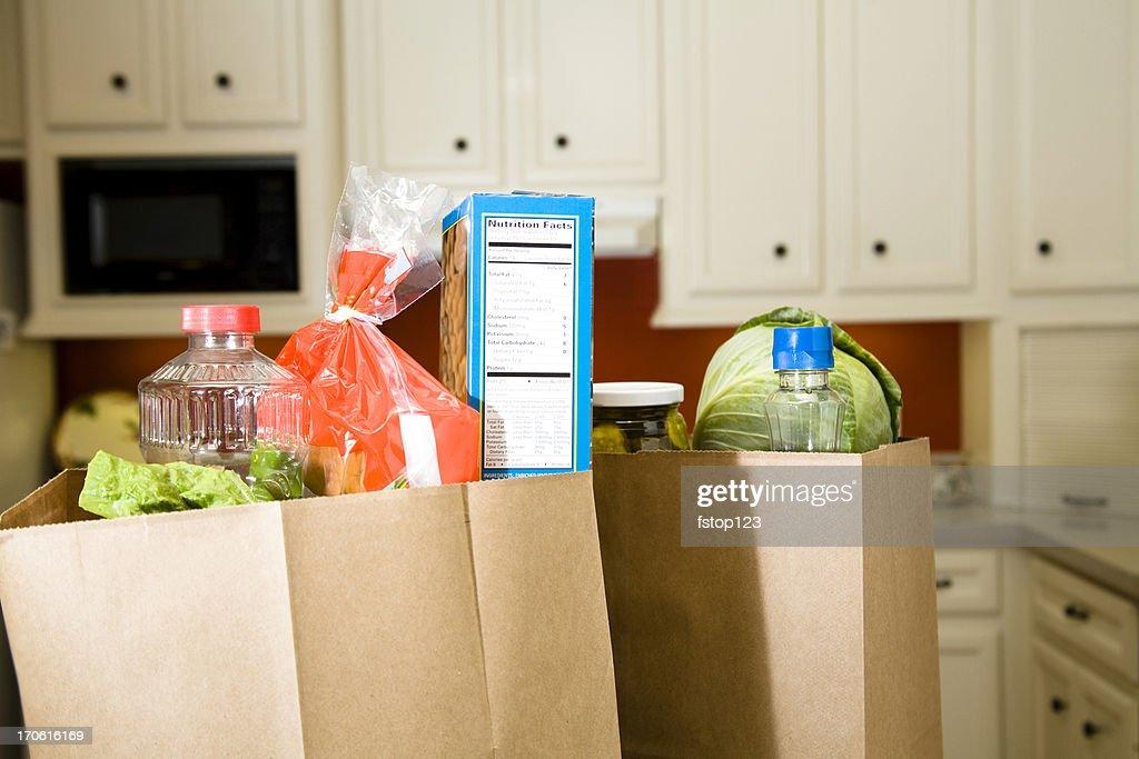 Essen: Lebensmittel-Taschen, sacks im Hause Küche Theke. : Stock-Foto