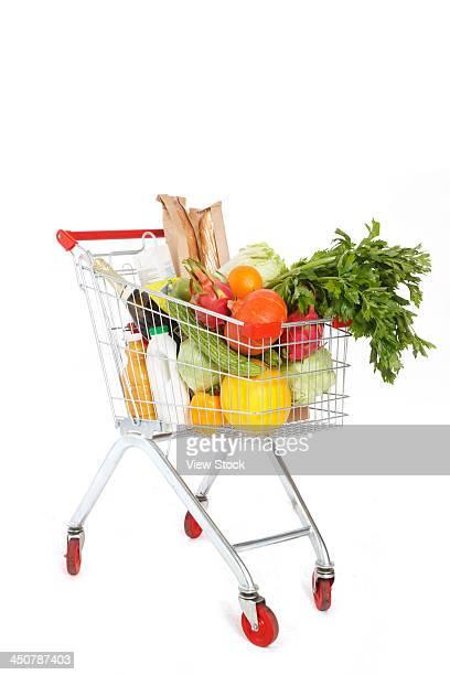 food in shopping cart - caddie rempli photos et images de collection