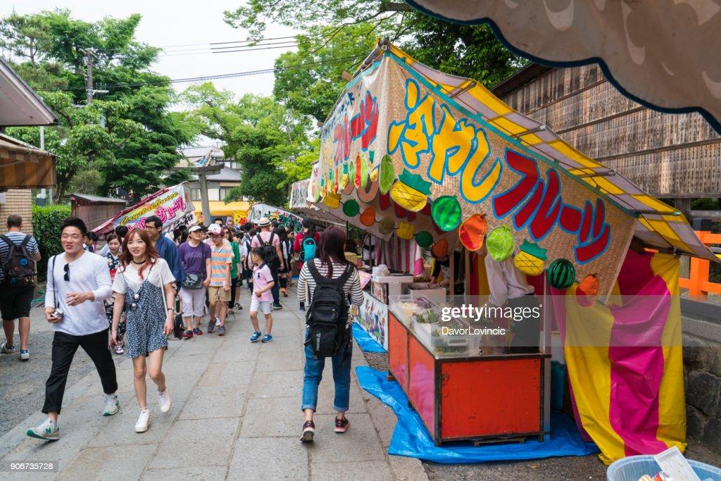Comptoirs Alimentaires Et Passants Devant Le Sanctuaire Fushimi