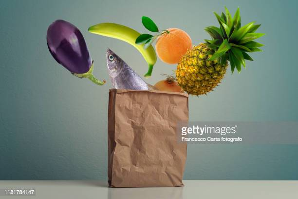 food shopping - in de lucht zwevend stockfoto's en -beelden