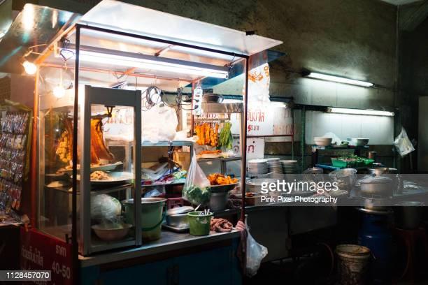 food stall at street night market in bangkok - zuidoost azië stockfoto's en -beelden