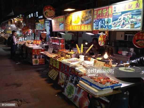 calle por la noche de la comida en xiamen, provincia de fujian, china - xiamen fotografías e imágenes de stock