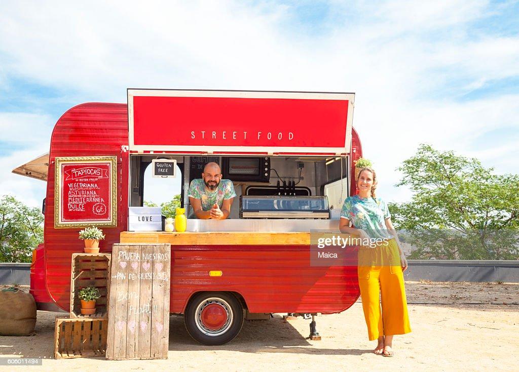 Furgón de comida y propietarios : Foto de stock