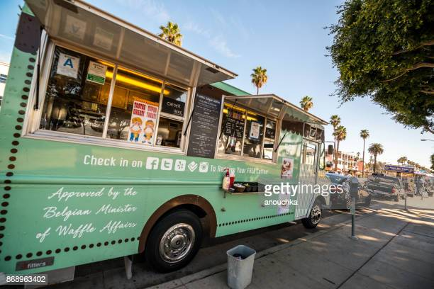 food truck on ocean avenue, santa monica, usa - santa monica los angeles foto e immagini stock
