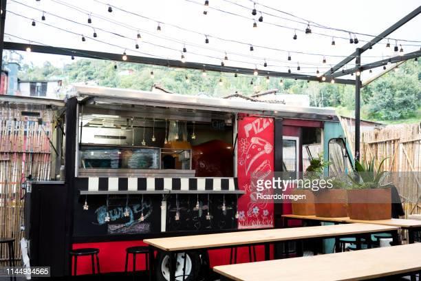 camion de nourriture dans la rue - food truck photos et images de collection