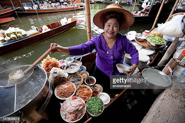 food vendor at damnoen saduak floating market, thailand. - floating market stock pictures, royalty-free photos & images