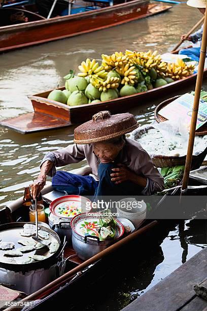 food vendor at damnoen saduak floating market, thailand - floating market stock photos and pictures