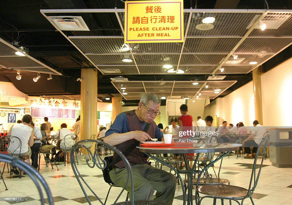 Foodcourt Slug---07/30/04-A Chinese man eats lunch inside the food court that had been shut down by  : News Photo