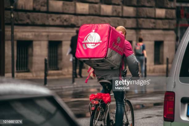 foodora delivery - food delivery foto e immagini stock