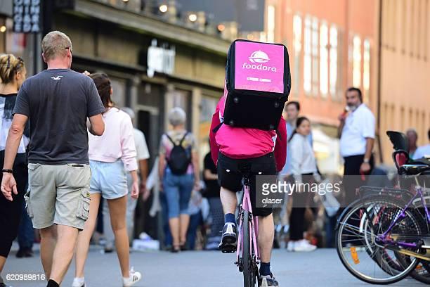 foodora, food delivery by bike - montare foto e immagini stock