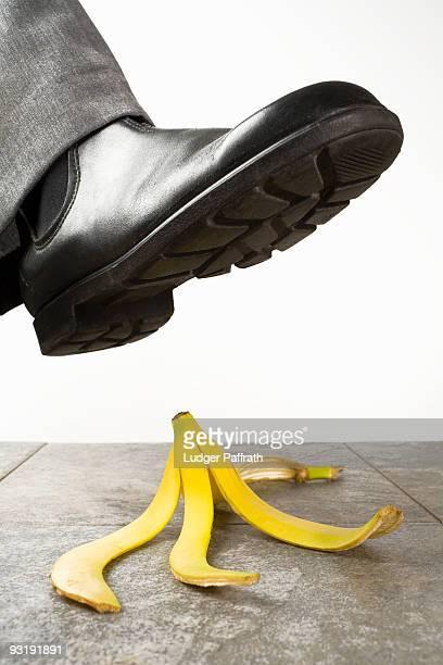 a foot above a banana peel - casca de banana - fotografias e filmes do acervo