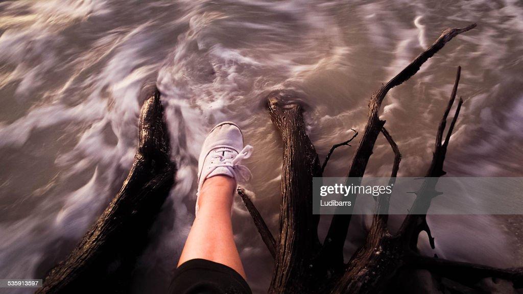 Pie y piernas rápidas salto de agua : Foto de stock