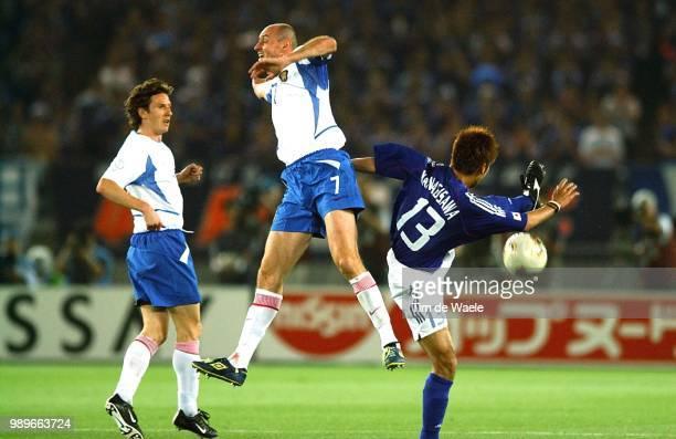 Japan Russia World Cup 2002 /Onopko Viktor Yanagisawa Atsushi Russie Rusland Japon Copyright Corbis
