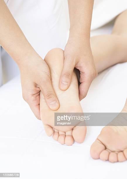 foot massage - estetista foto e immagini stock