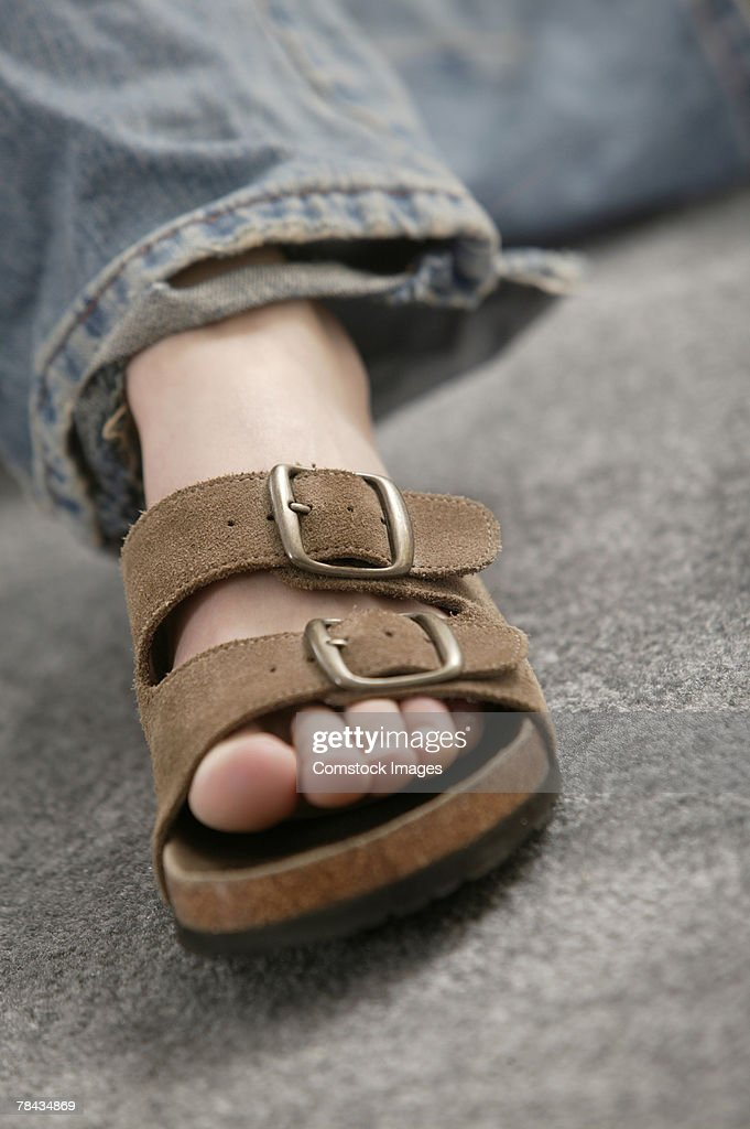 Foot of person wearing sandal : Stockfoto