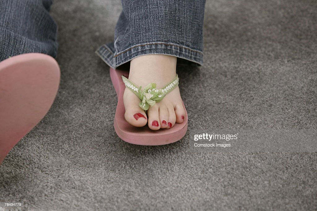 Foot of teenage girl wearing flip-flops : Stockfoto