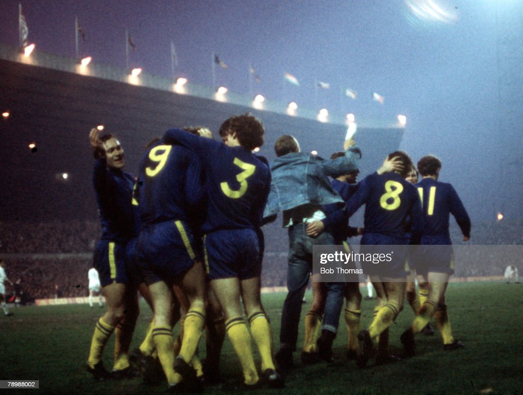 Football. 1970 FA Cup Final Replay. Old Trafford. 29th April, 1970. Chelsea 2 v Leeds United 1. Chelsea players take part in a group hug as they celebrate a goal. : ニュース写真