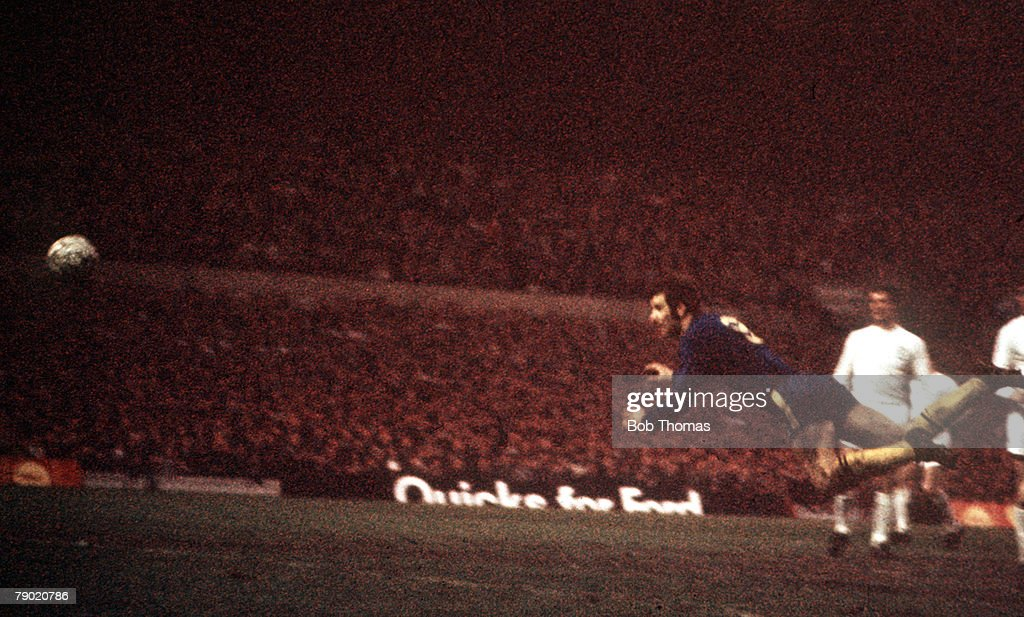 Football. 1970 FA Cup Final Replay. Old Trafford. 29th April, 1970. Chelsea 2 v Leeds United 1. Chelsea's Peter Osgood scores his side's first goal with a diving header. : News Photo