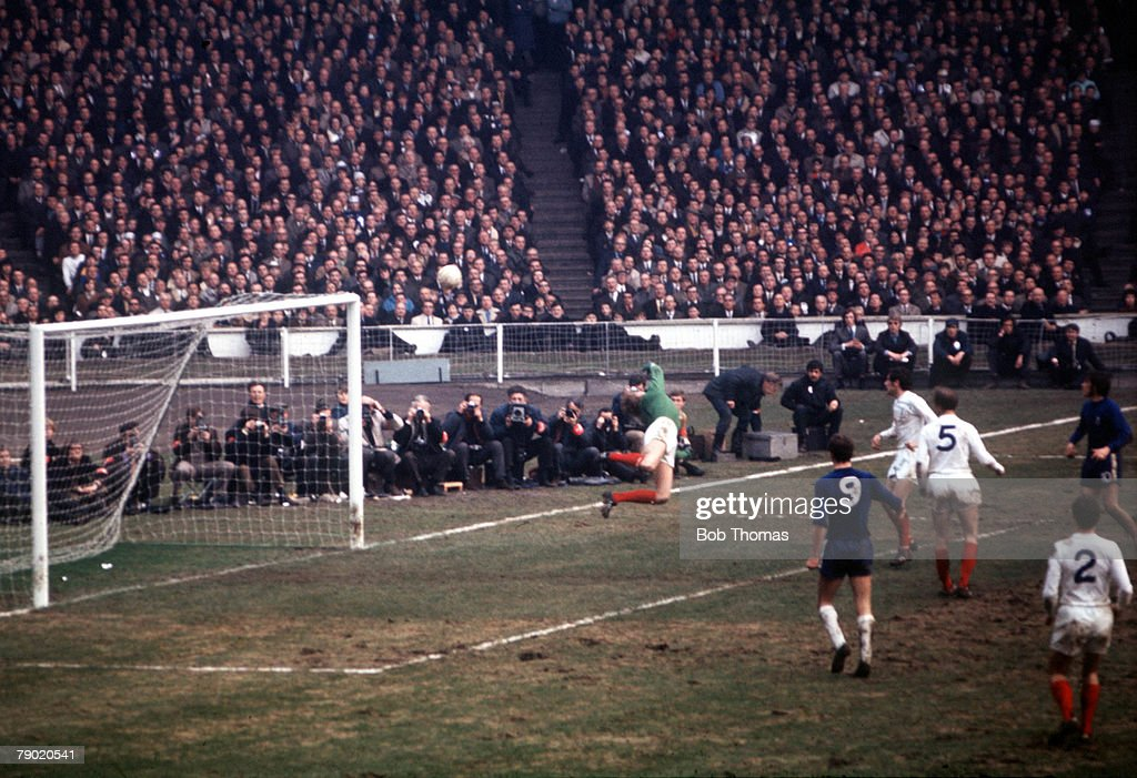 Football. 1970 FA Cup Final. Wembley Stadium. 11th April, 1970. Chelsea 2 v Leeds United 2. Leeds United goalkeeper Gary Sprakes makes an acrobatic dive to save from Baldwin. : News Photo