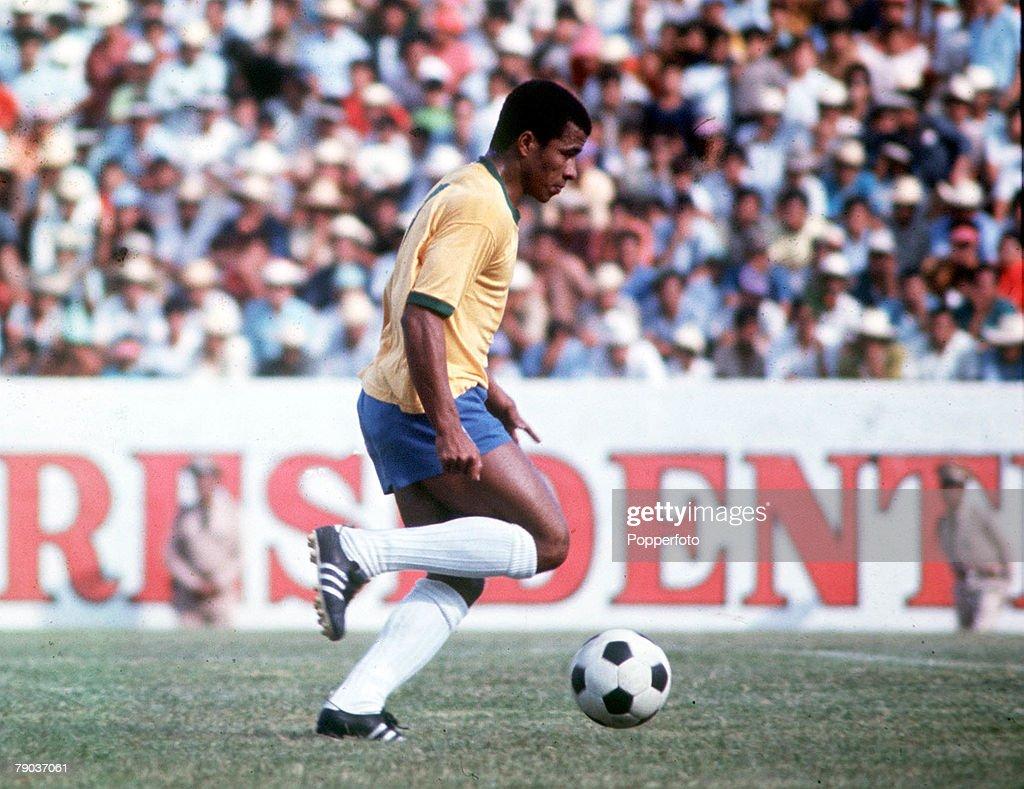 Football. 1970 World Cup Finals. Mexico. Brazil's Jairzinho on the ball. : ニュース写真