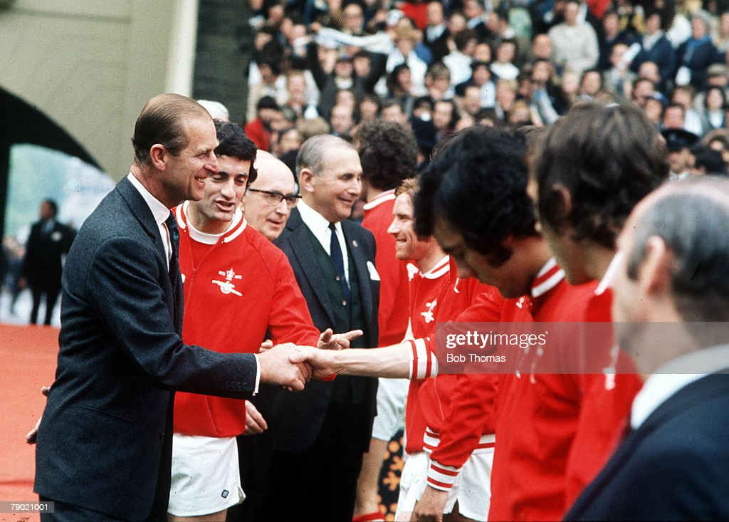 Football. 1972 FA Cup Final. Wembley Stadium. 6th May, 1972. Leeds United 1 v Arsenal 0. Prince Phillip, Duke of Edinburgh is introduced to Arsenal players before the kick off. : Photo d'actualité