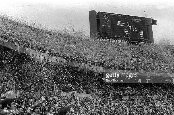 Football 1978 World Cup Final Buenos Aires Argentina 25th June Argentina 3 v Holland 1 A huge crowd of Argentina fans welcome their team onto the...
