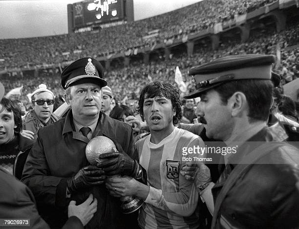 Football 1978 World Cup Final Buenos Aires Argentina 25th June Argentina 3 v Holland 1 Argentine captain Daniel Passarella holds the World Cup trophy...