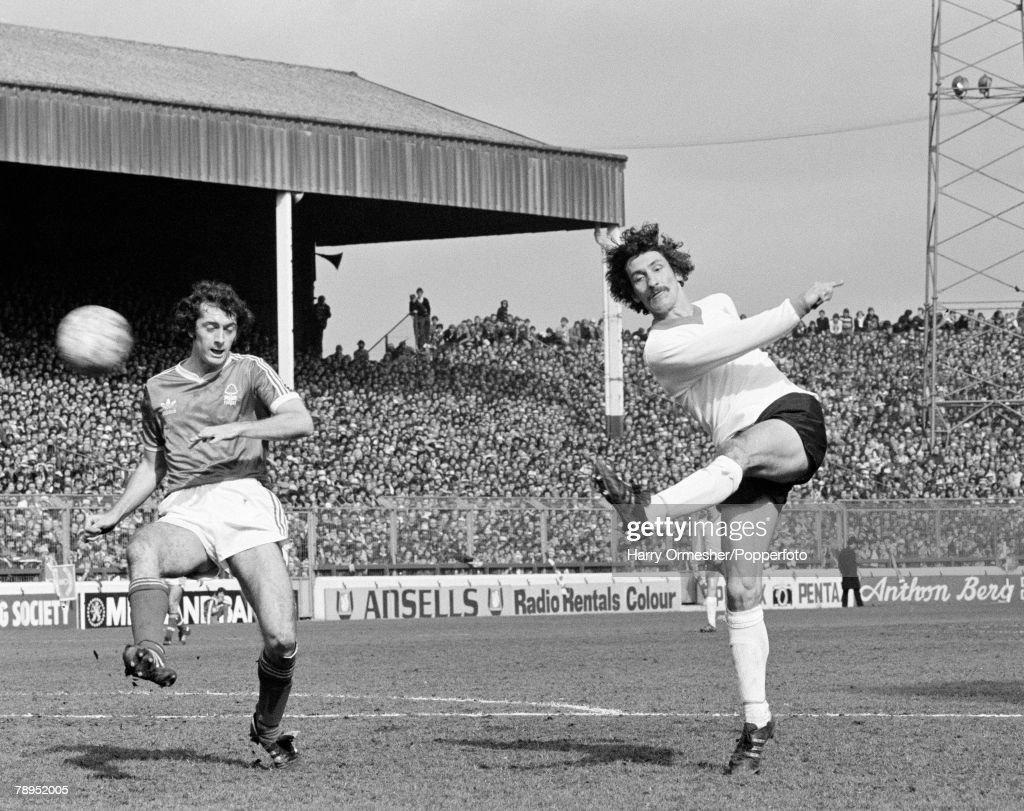 Football. 1979 League Divison One. City Ground, Nottingham. 28th April, 1979. Nottingham Forest 0 v Liverpool 0. Liverpool's Terry McDermott shoots the ball past Nottingham Forest's Trevor Francis. : News Photo