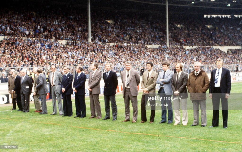 Football. 1981 FA Cup Final. Wembley. 9th May, 1981. Tottenham Hotspur 1 v Manchester City 1. Former FA Cup winning captains line up on the pitch before the kick off. L-R: Tom Parker (Arsenal, 1930), Jack Swann (Huddersfield Town 1920, not captain but pla : Nachrichtenfoto