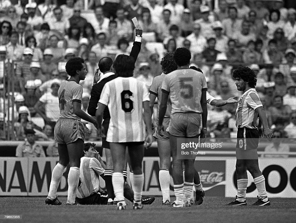 Football, 1982 World Cup Finals, Second Phase, Group C, Barcelona, Spain, 2nd July 1982, Brazil 3 v Argentina 1, Players surround the referee as Argentina's Diego Maradona is shown the red card for a vicious foul on Brazil's Batista : Fotografía de noticias