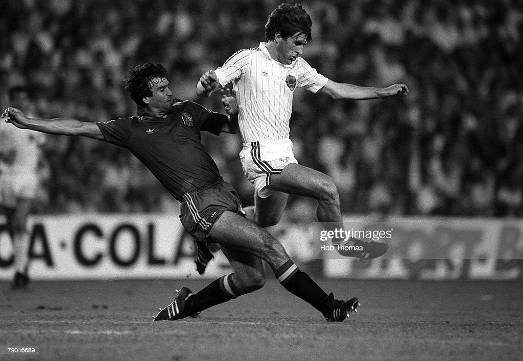 Football. 1982 World Cup Finals. Valencia, Spain. 20th June 1982. Spain 2 v Yugoslavia 1 . Yugoslavia's Safet Susic is challenged for the ball by Spain's Jose Alesanco during the Group E match. : Nachrichtenfoto