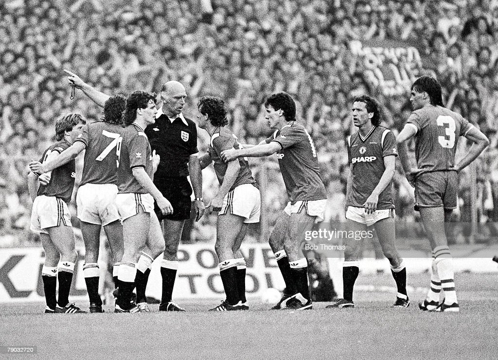 Football. 1985 FA Cup Final. Wembley. 18th May, 1985. Everton 0 v Manchester United 1. Referee Peter Willis is surrounded by players from both teams as he sends off Manchester United's Kevin Moran for a foul on PeterReid. Moran became the first to player  : News Photo