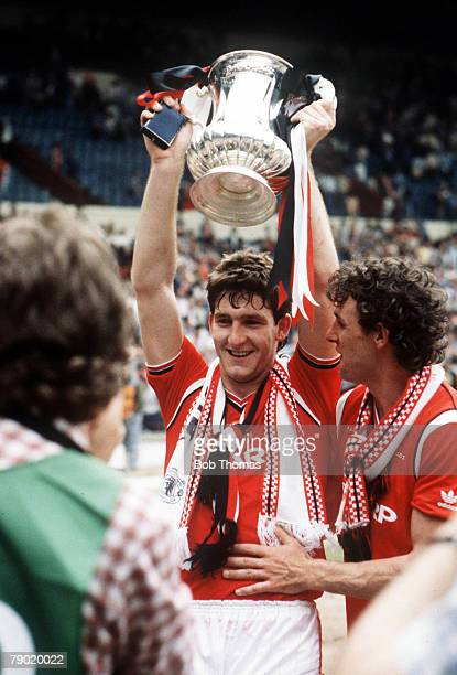 Football 1985 FA Cup Final Wembley 18th May Manchester United 1 v Everton 0 Manchester Uniteds winning goalscorer Norman Whiteside holds aloft the FA...