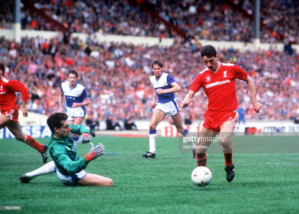 Football. 1986 FA Cup Final. Wembley. 10th May, 1986. Liverpool 3 v Everton 1. Liverpool's Ian Rush takes the ball around Everton goalkeeper Bobby Mimms to score his side's equalising goal. : ニュース写真