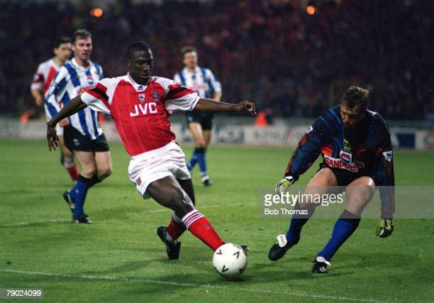 Football, 1993 FA Cup Final Replay, Wembley, 20th May Arsenal 2 v Sheffield Wednesday 1, Arsenal's Kevin Campbell tries to take the ball around...
