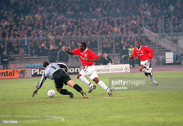 Football 1999 UEFA Champions League SemiFinal Second leg 21st April Turin Juventus 2 v Manchester United 3 Manchester United's Dwight Yorke rounds...